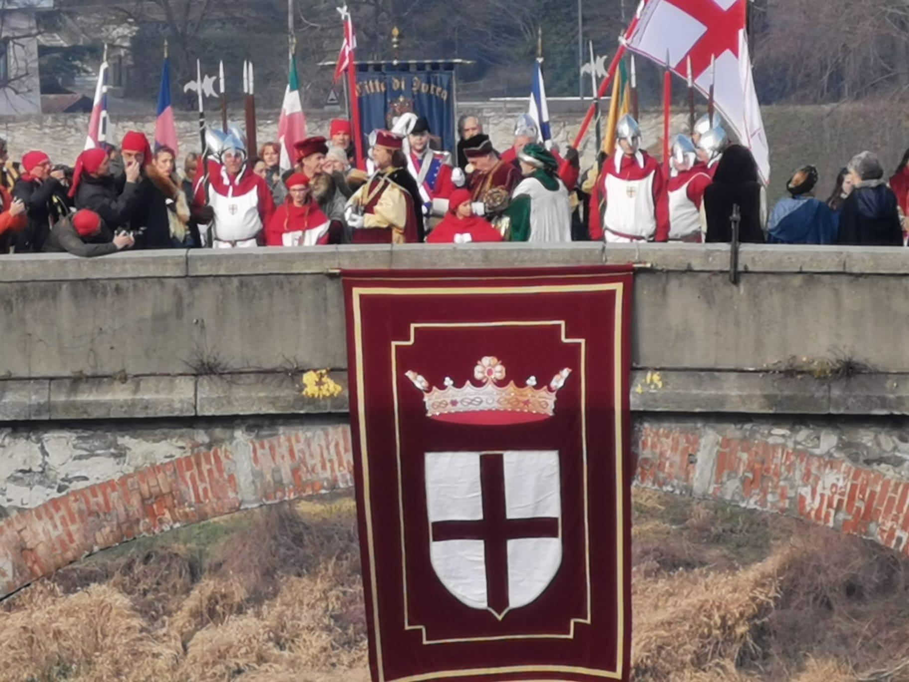 CARNEVALE DI IVREA - La cerimonia della preda in Dora apre la domenica della battaglia delle arance - FOTO e VIDEO
