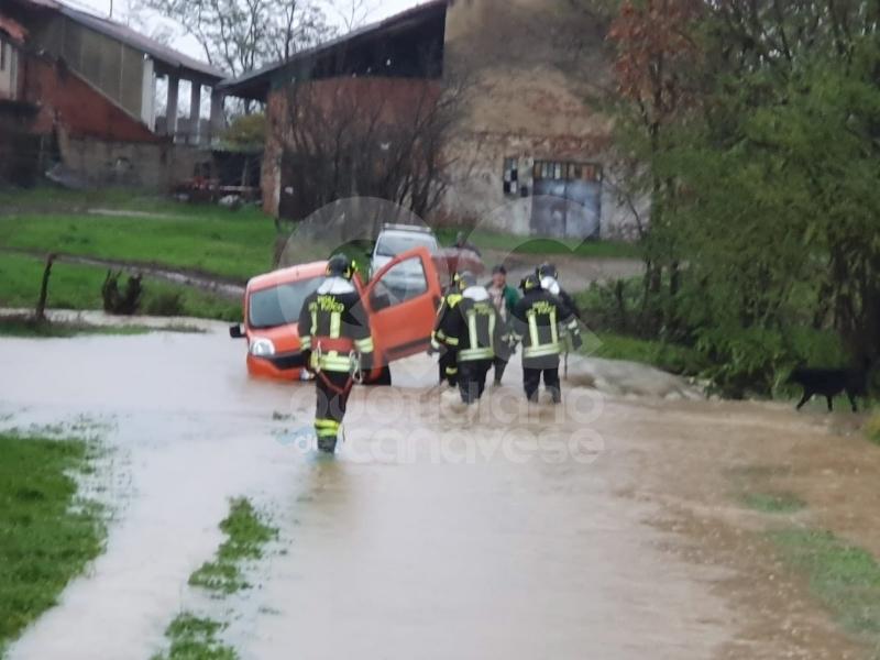 ALLERTA ROSSA MALTEMPO - Esondano le rogge, acqua sulle strade: una donna soccorsa a Rivarolo. A Chiaverano 40 persone evacuate - FOTO