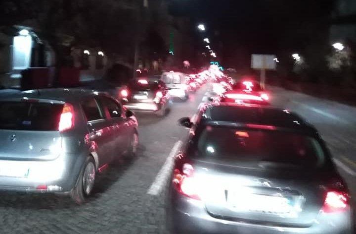 IVREA - Traffico record, città nel caos: gli eporediesi furenti