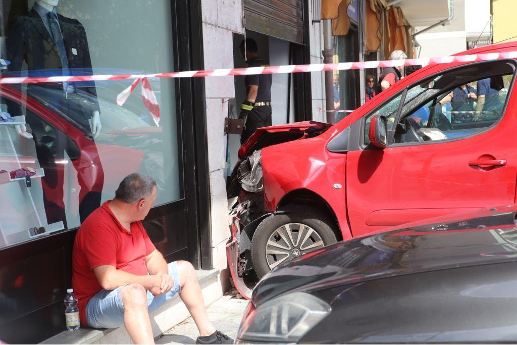 BANCHETTE - Sale sul marciapiede, investe una ciclista e finisce nella vetrina di un negozio - FOTO