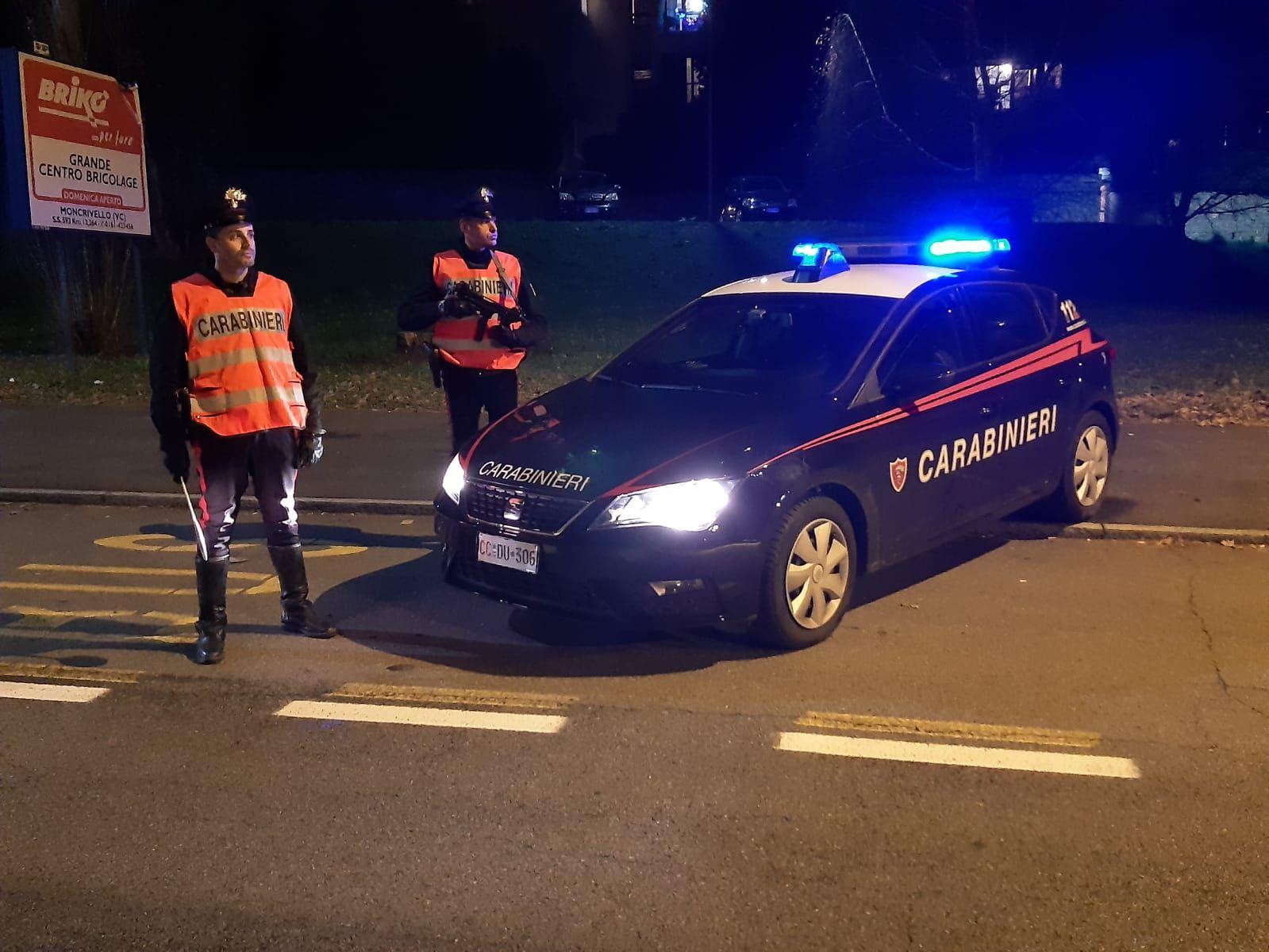 RIVAROLO CANAVESE - Calci e pugni al paninaro di piazza Massoglia: quattro giovani arrestati dai carabinieri
