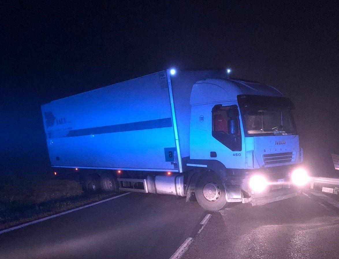 BOLLENGO - Camion di traverso, traffico in tilt sulla provinciale