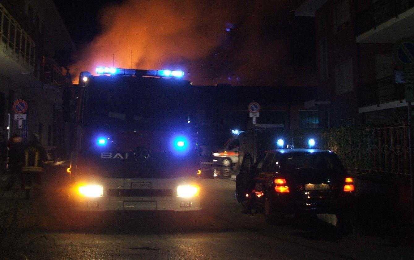 VOLPIANO - Furioso incendio in una villetta: marito e moglie in prognosi riservata intossicati dal fumo
