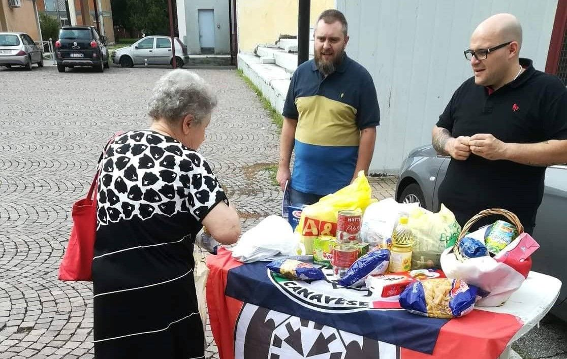 IVREA - Raccolta alimenti di CasaPound: «Aiuti solo per gli italiani»