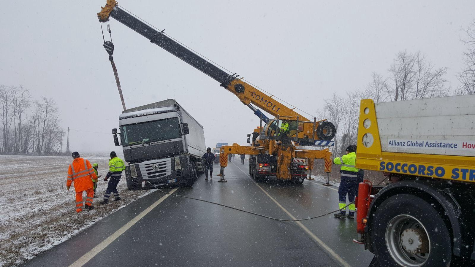 BUSANO-VALPERGA - Camion con 300 quintali di ferro rimane in bilico sulla provinciale - FOTO