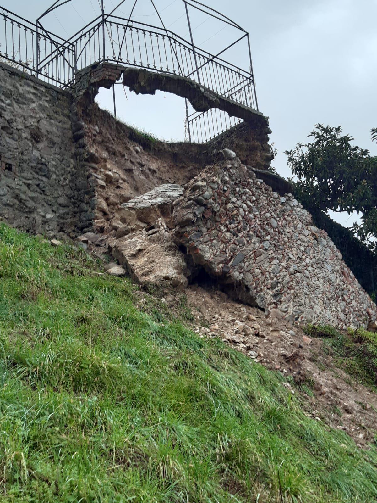 MALTEMPO - Paura a Castellamonte per un muro crollato vicino alle case. A Settimo Vittone precipitano massi