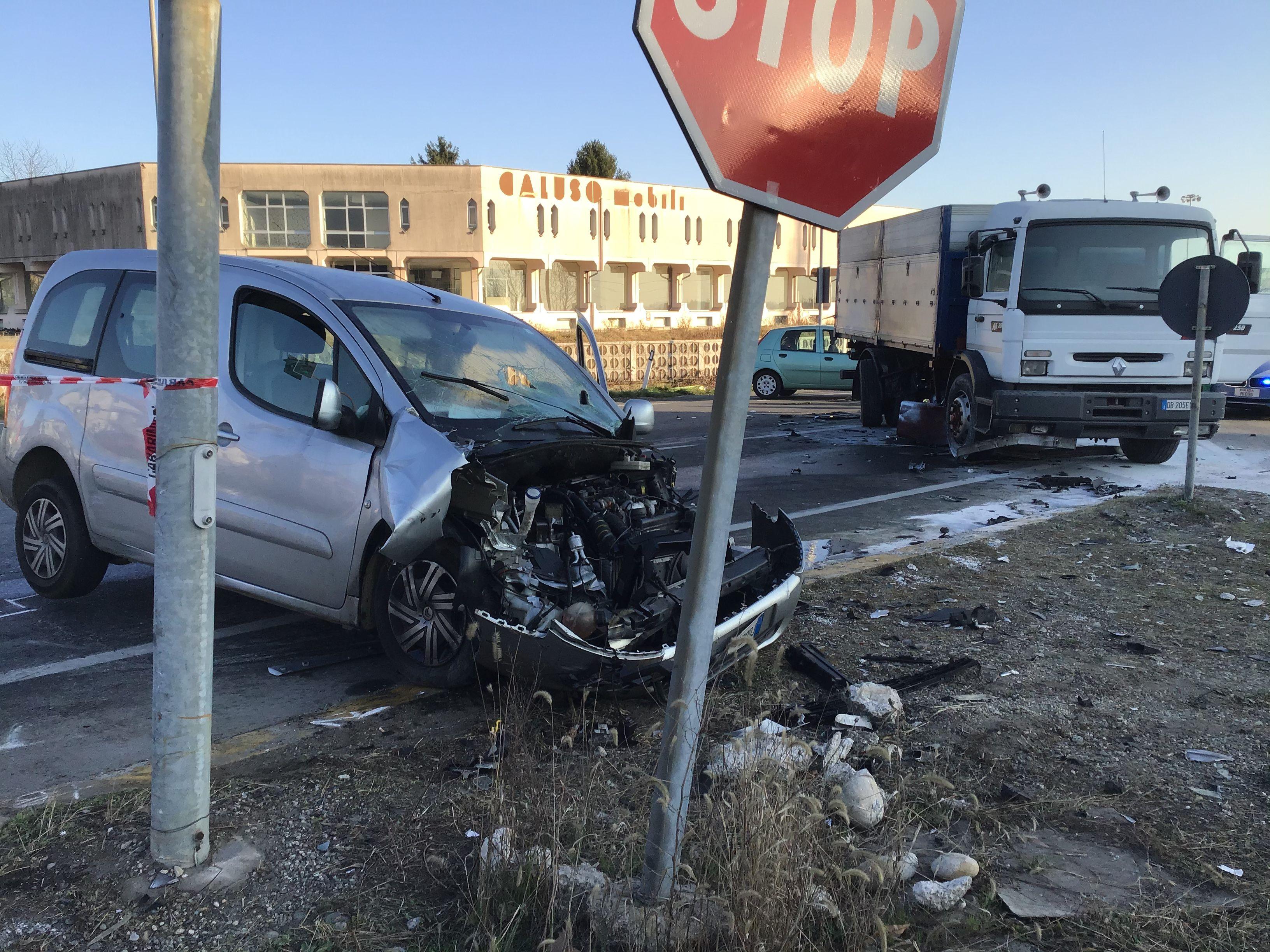 INCIDENTE MORTALE CALUSO - Ciclista travolto e ucciso nello schianto con tre veicoli - FOTO E VIDEO