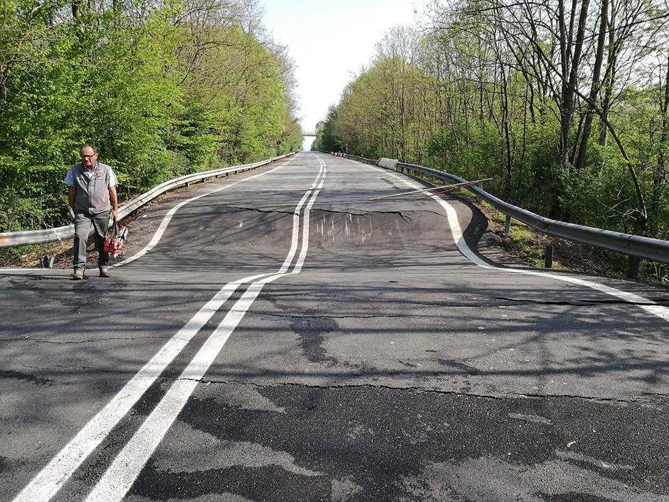 CANAVESE - Cede l'asfalto sulla 460. Insulti alla Città metropolitana: «Ci voleva il morto per intervenire?»