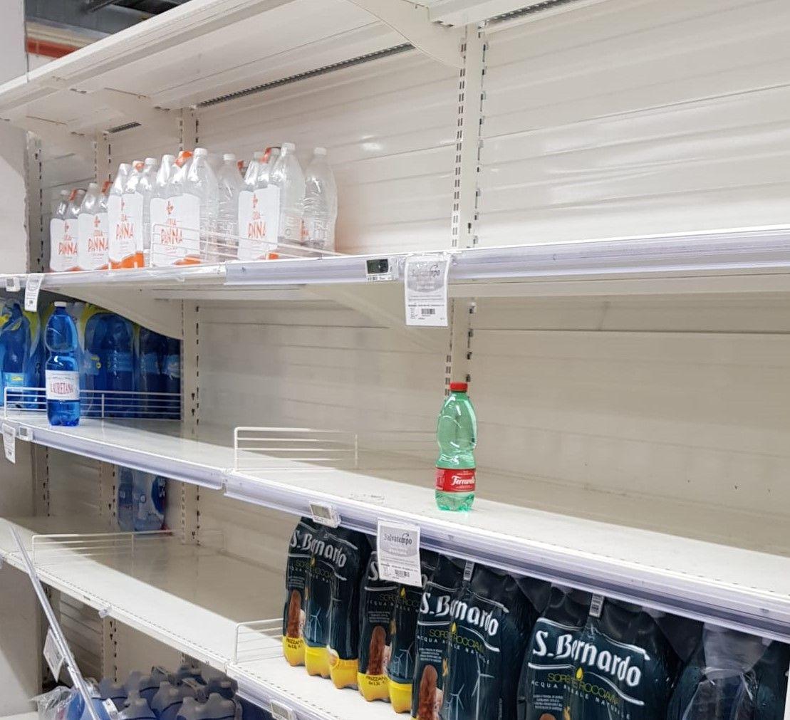 CORONAVIRUS - In Canavese centri commerciali presi d'assalto. Associazioni e Comuni sospendono tutti gli eventi in calendario
