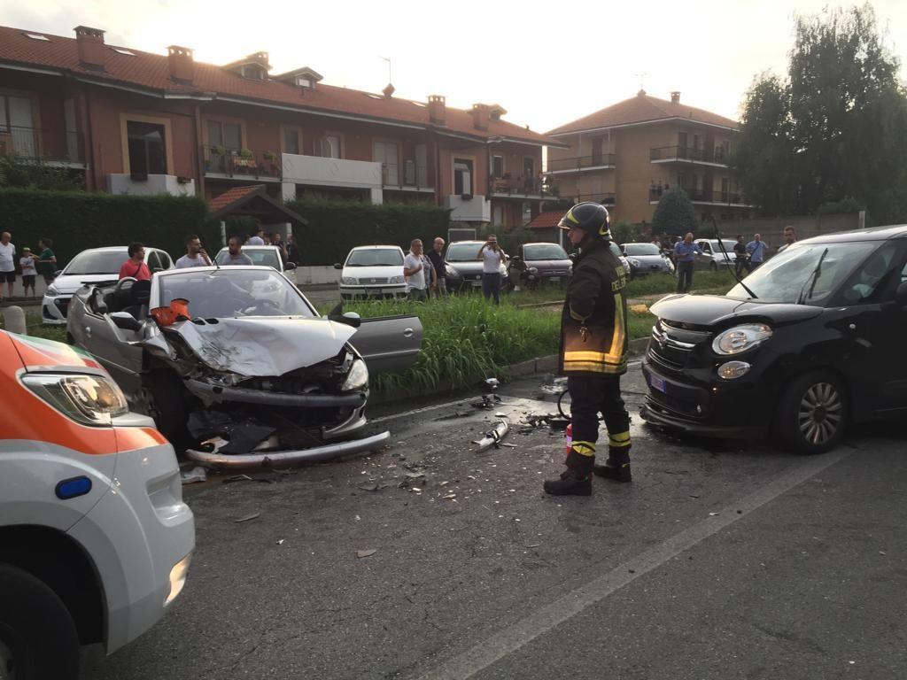 LEINI - Incidente stradale, due auto distrutte e due feriti - FOTO