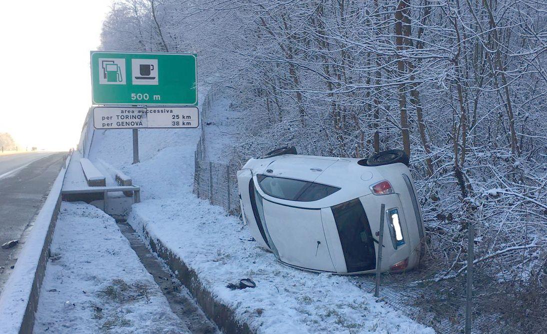 IVREA-SANTHIA' - Incidente sul raccordo autostradale ad Albiano: auto finisce ruote all'aria - FOTO