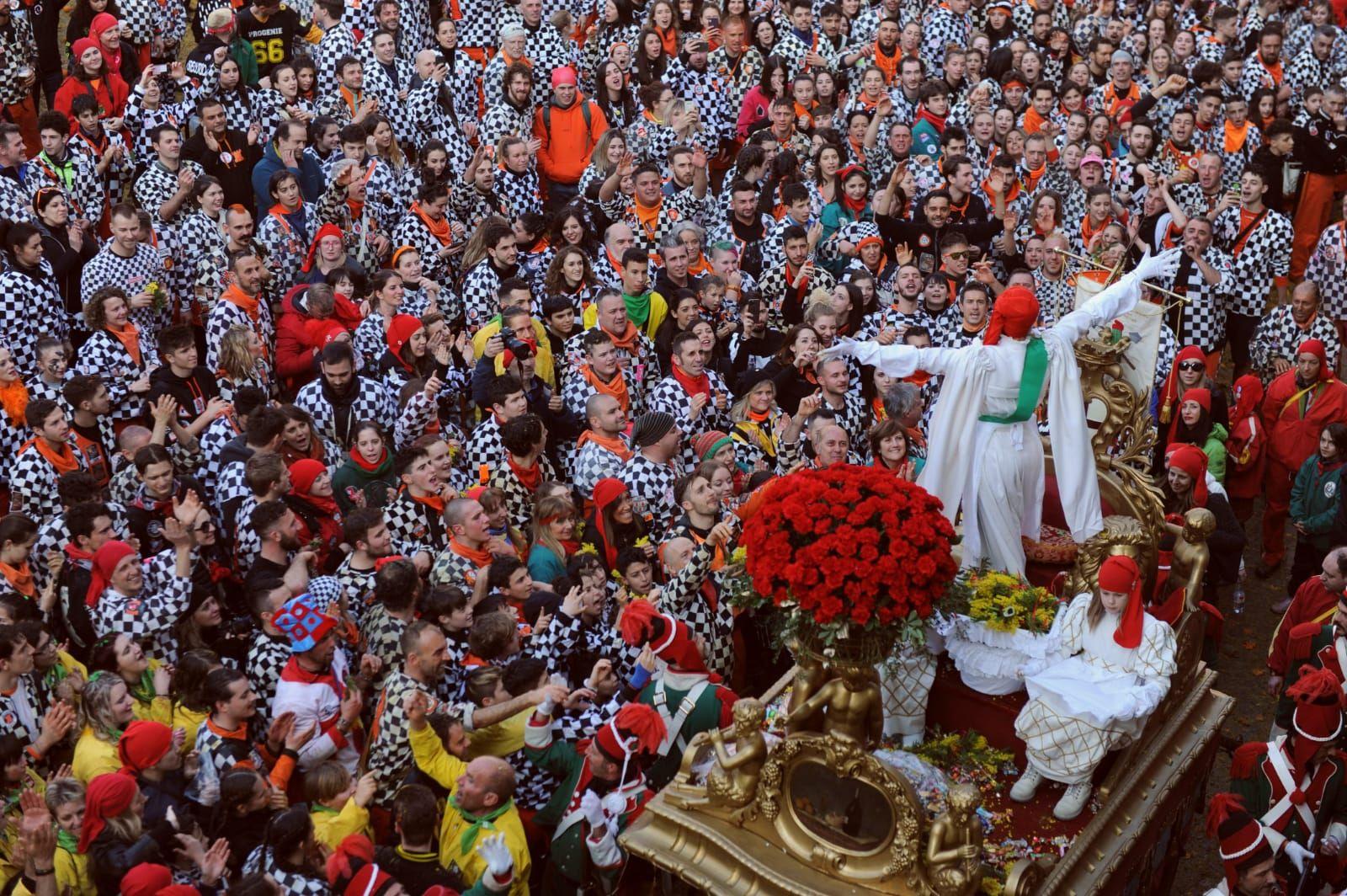 IVREA - Carnevale annullato, l'abbraccio alla mugnaia Paola