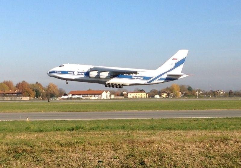 CASELLE - Un Antonov 124 in aeroporto: cargo da record - VIDEO