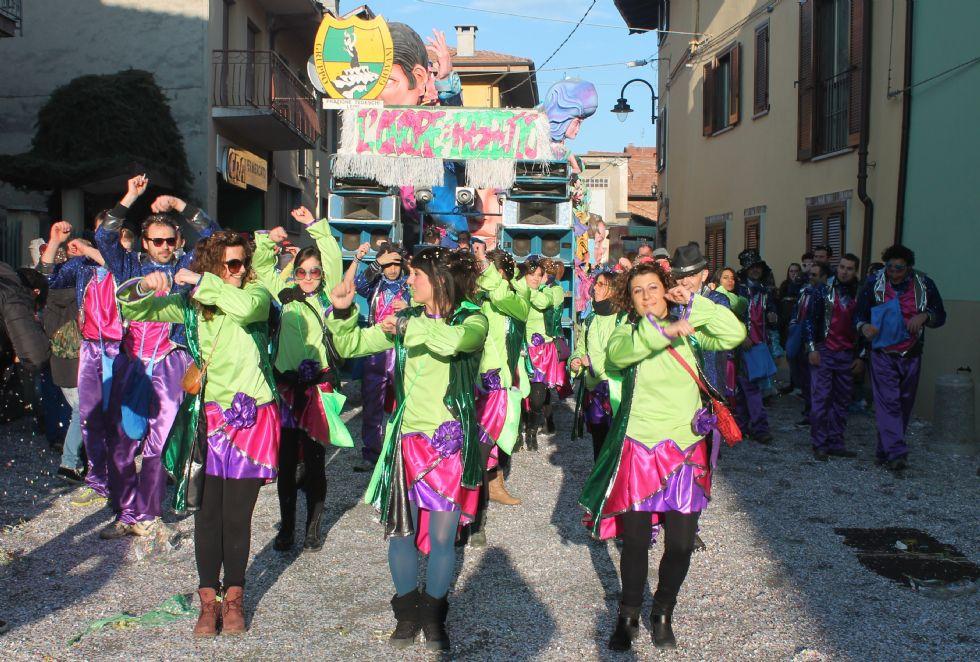 SALASSA - In migliaia alla sfilata dei carri di carnevale - FOTO