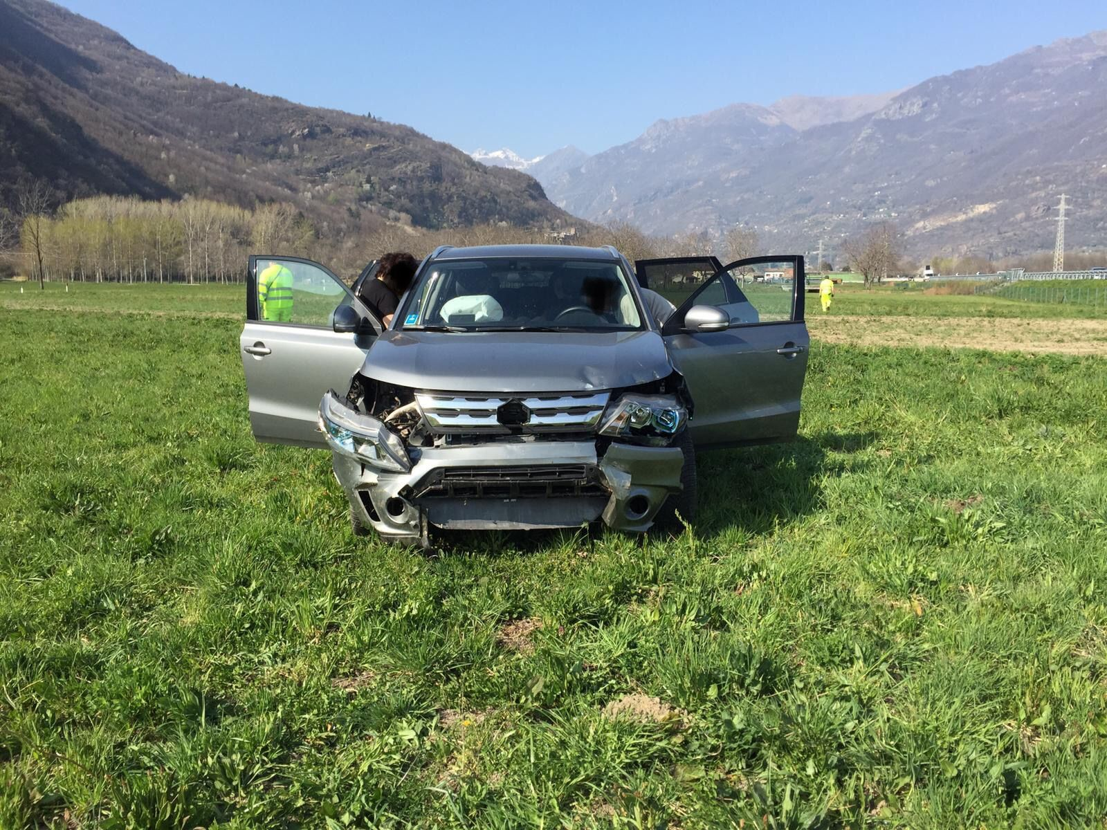 AUTOSTRADA A5 - Incidente stradale, auto finisce nei campi - FOTO