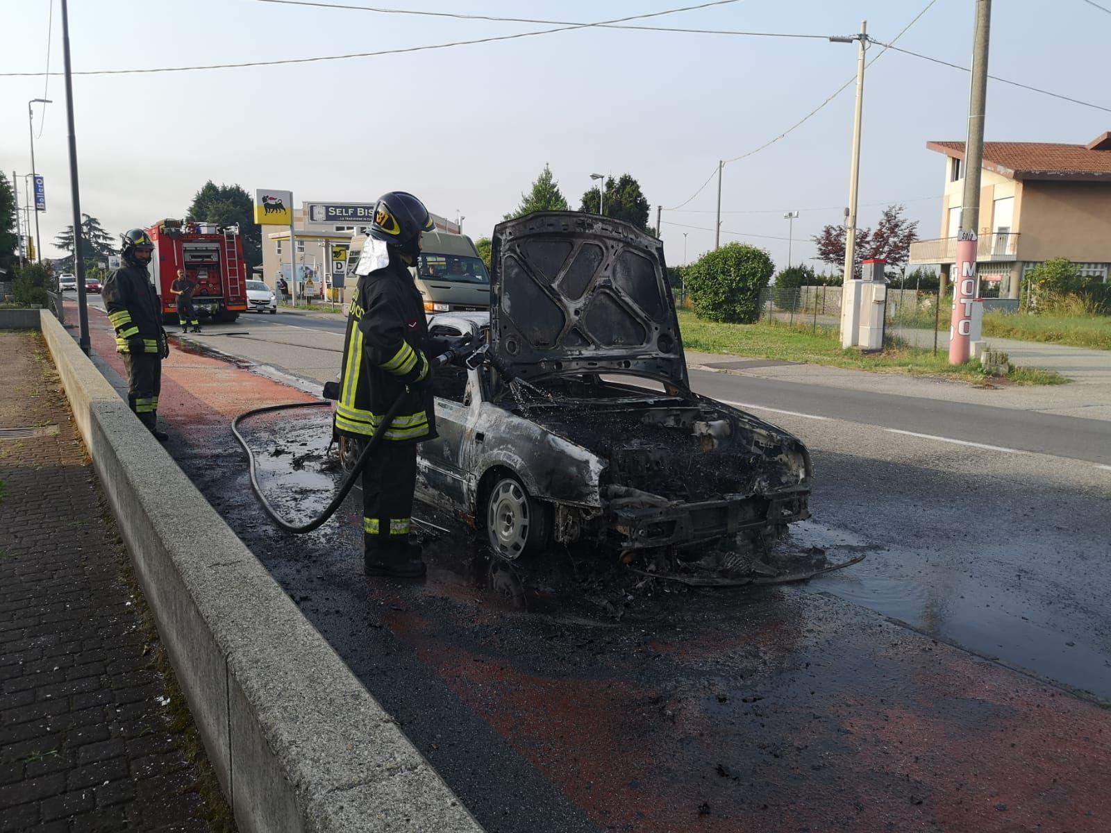 RIVAROLO - Auto in fiamme in corso Re Arduino