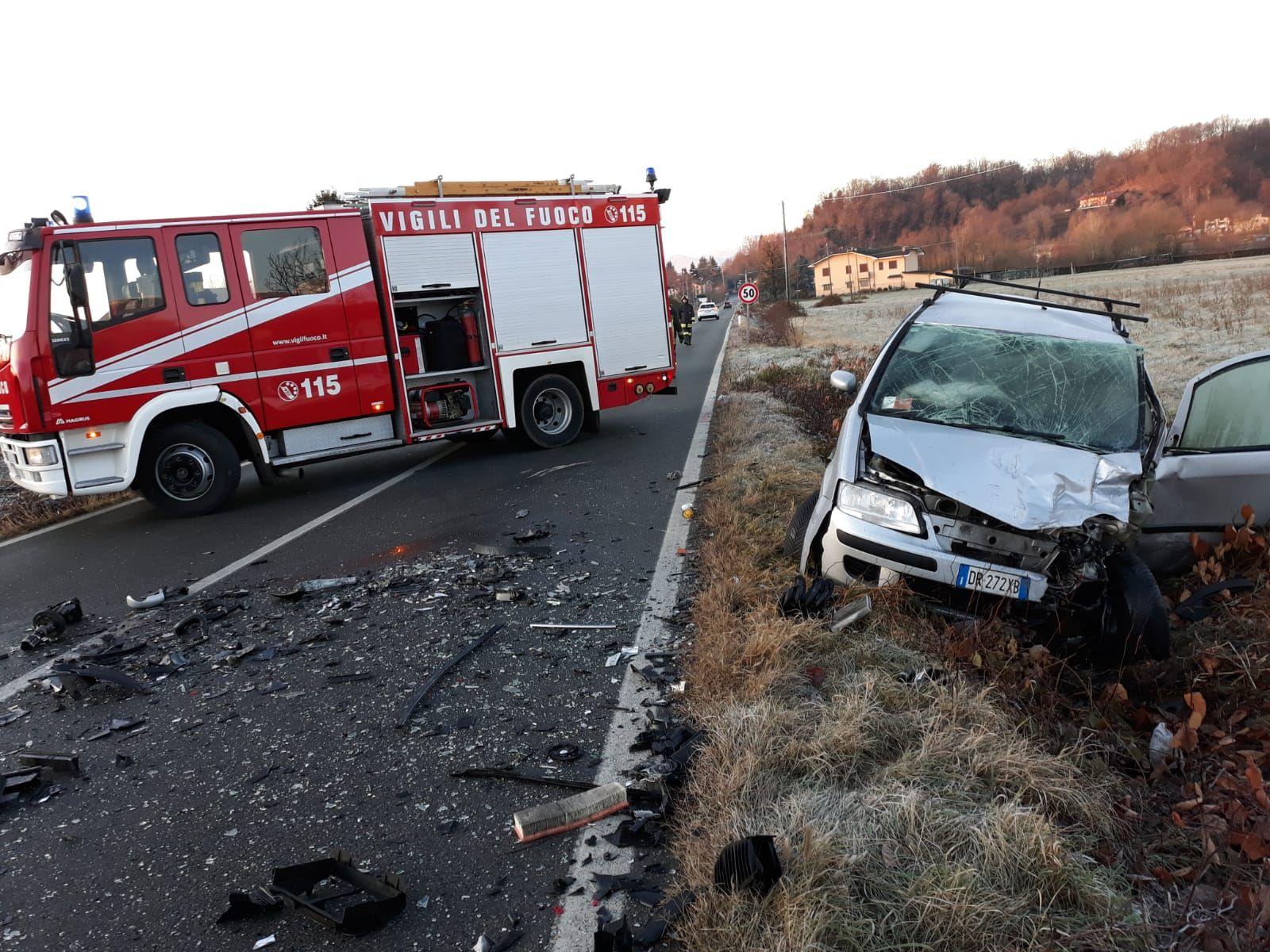 TRAGICO NATALE IN CANAVESE - Incidente stradale a Castellamonte, muore un ragazzo; due feriti in ospedale - FOTO