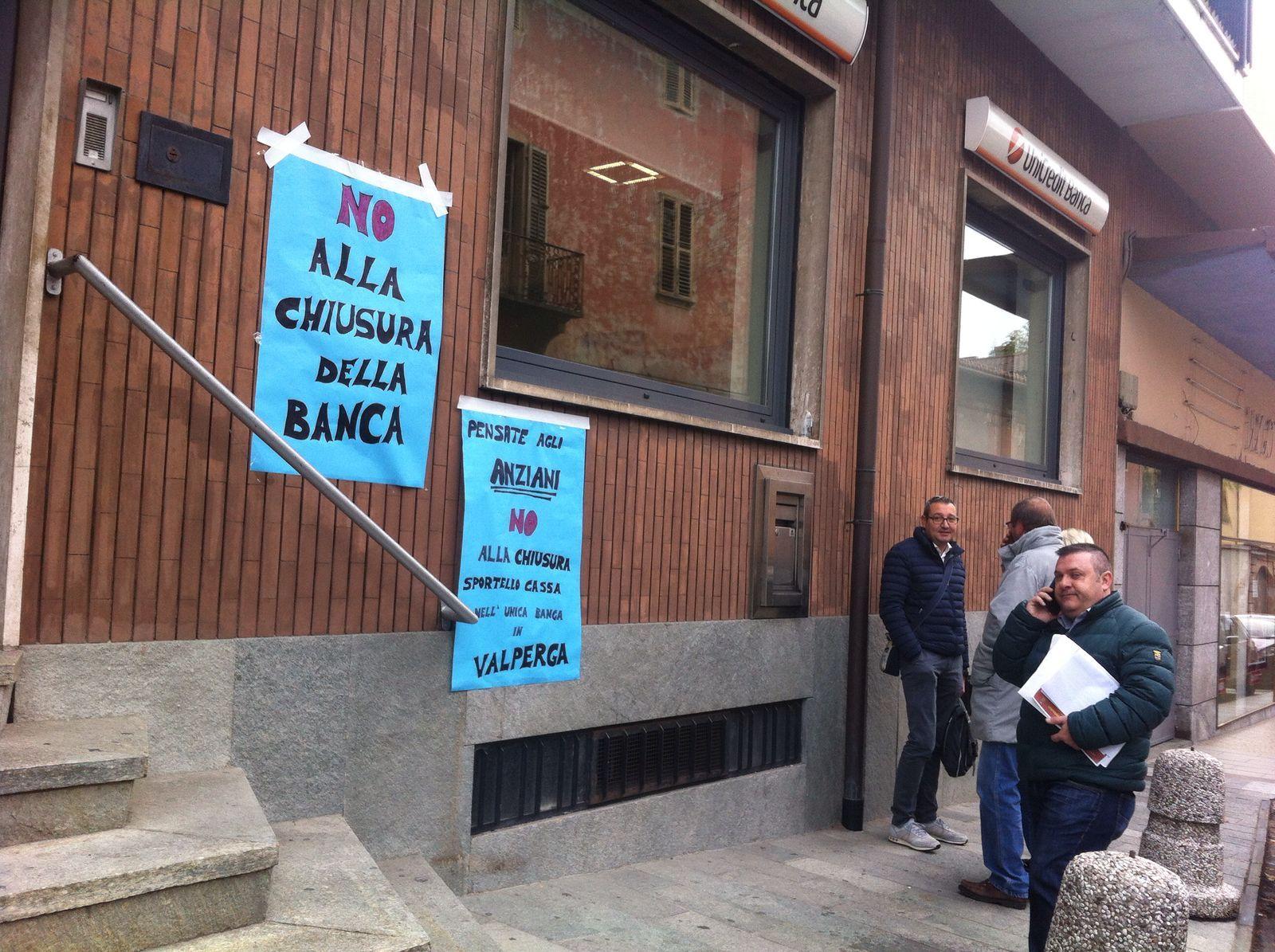 VALPERGA - Addio Unicredit: la banca chiude nonostante le proteste dei cittadini