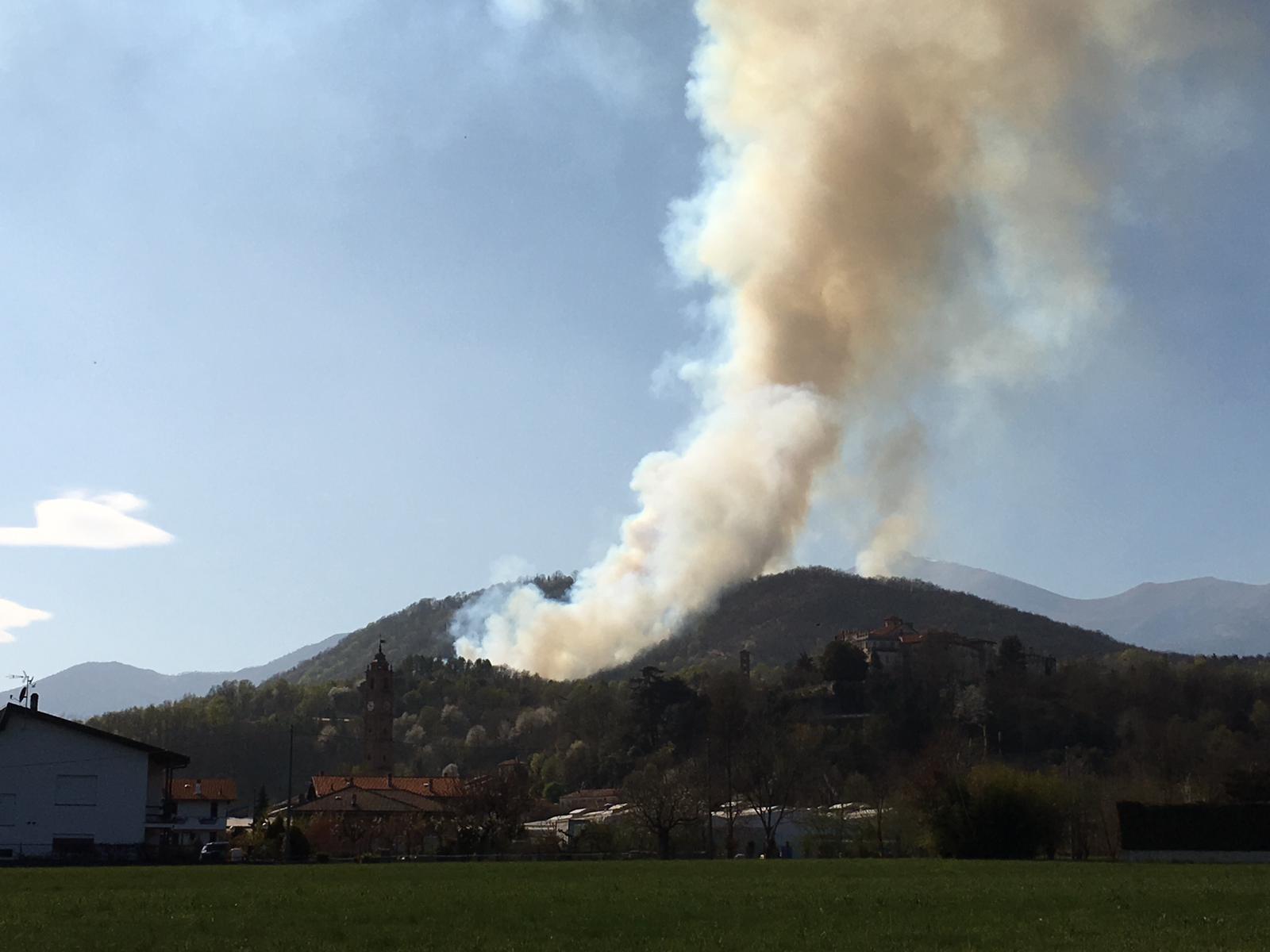 ALLARME INCENDI - Brucia la collina del santuario di Belmonte tra Pertusio e Valperga - FOTO