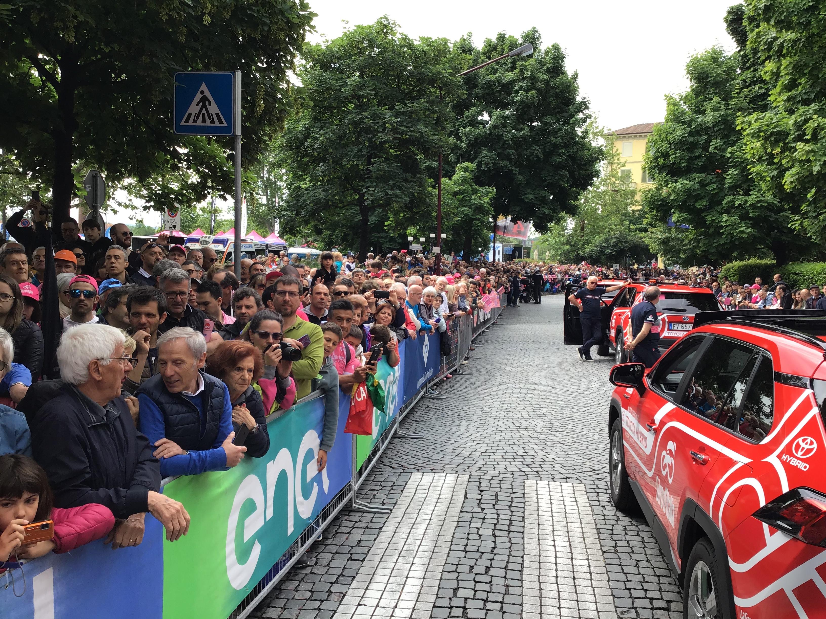 GIRO D'ITALIA - L'entusiasmo di Ivrea per la partenza della tappa più lunga della corsa - FOTO E VIDEO