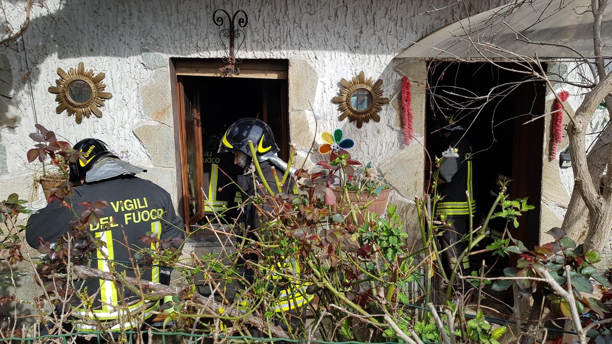RIVAROLO - Incendio in una casa di frazione Pasquaro: salva una pensionata e venticinque cani - FOTO E VIDEO
