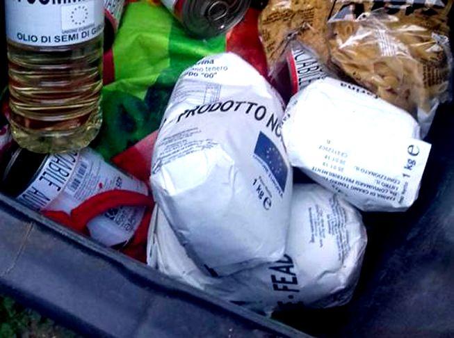 FAVRIA - Gli alimenti per i bisognosi buttati nella spazzatura - FOTO