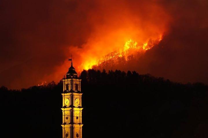 INCENDIO BELMONTE - Cinque famiglie evacuate, eccezionale lavoro di Aib e vigili del fuoco - FOTO