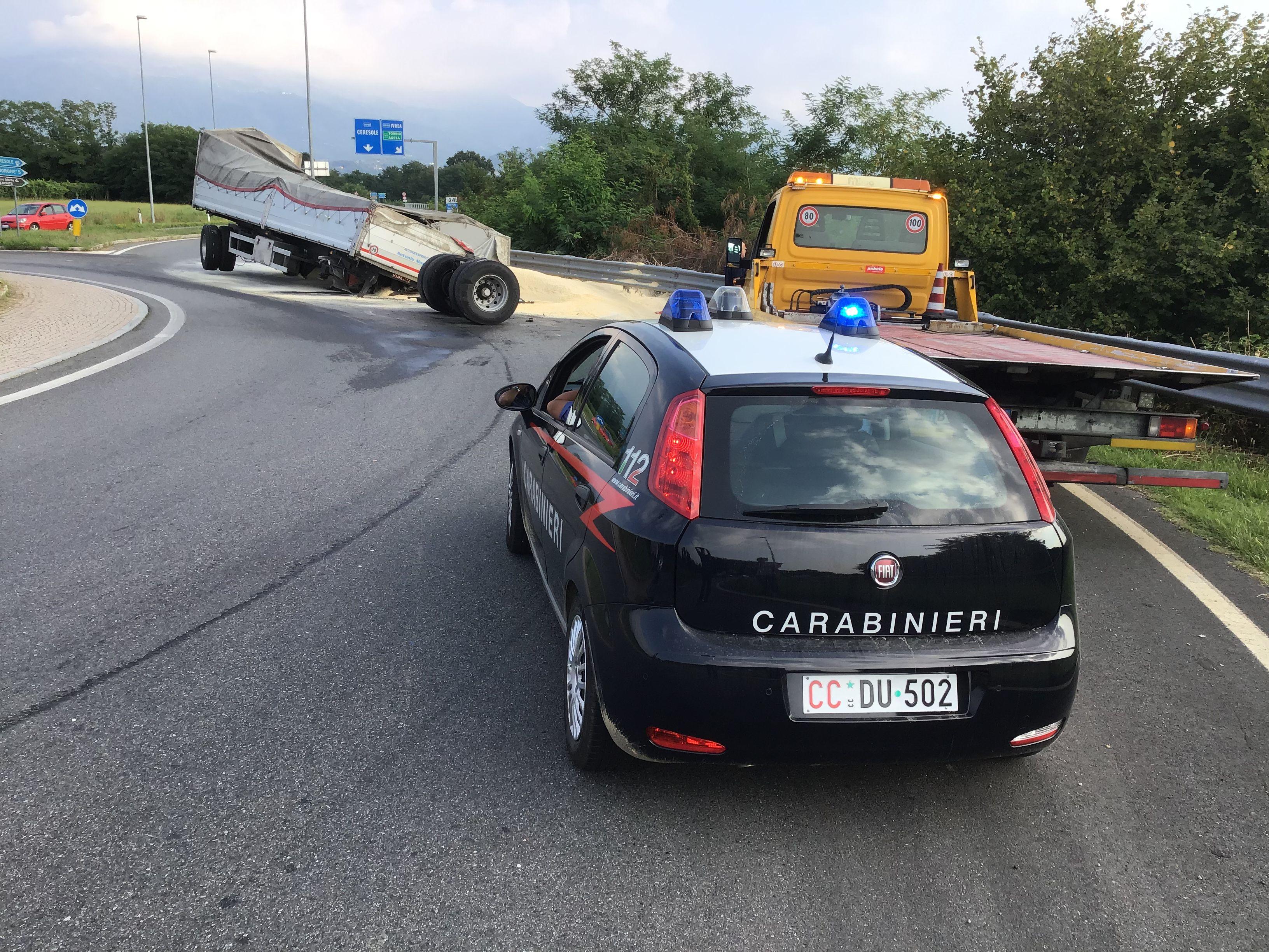SALASSA-RIVAROLO CANAVESE - Camion spacca le ruote e perde la farina sulla rotonda della 460 - FOTO