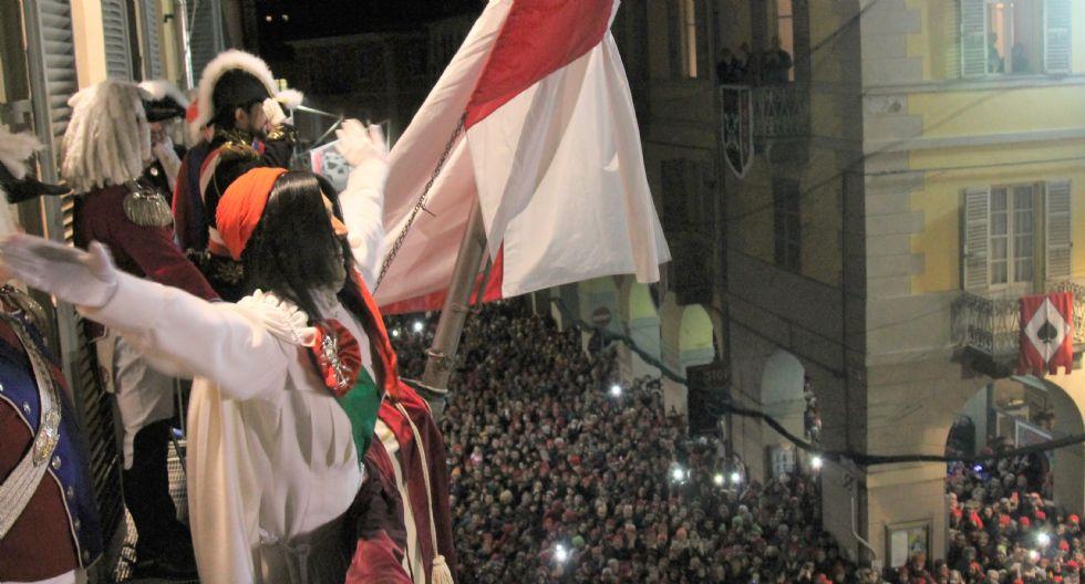 CARNEVALE DI IVREA - La lunga notte della Mugnaia: l'omaggio del Generale e il grande abbraccio della città - FOTO