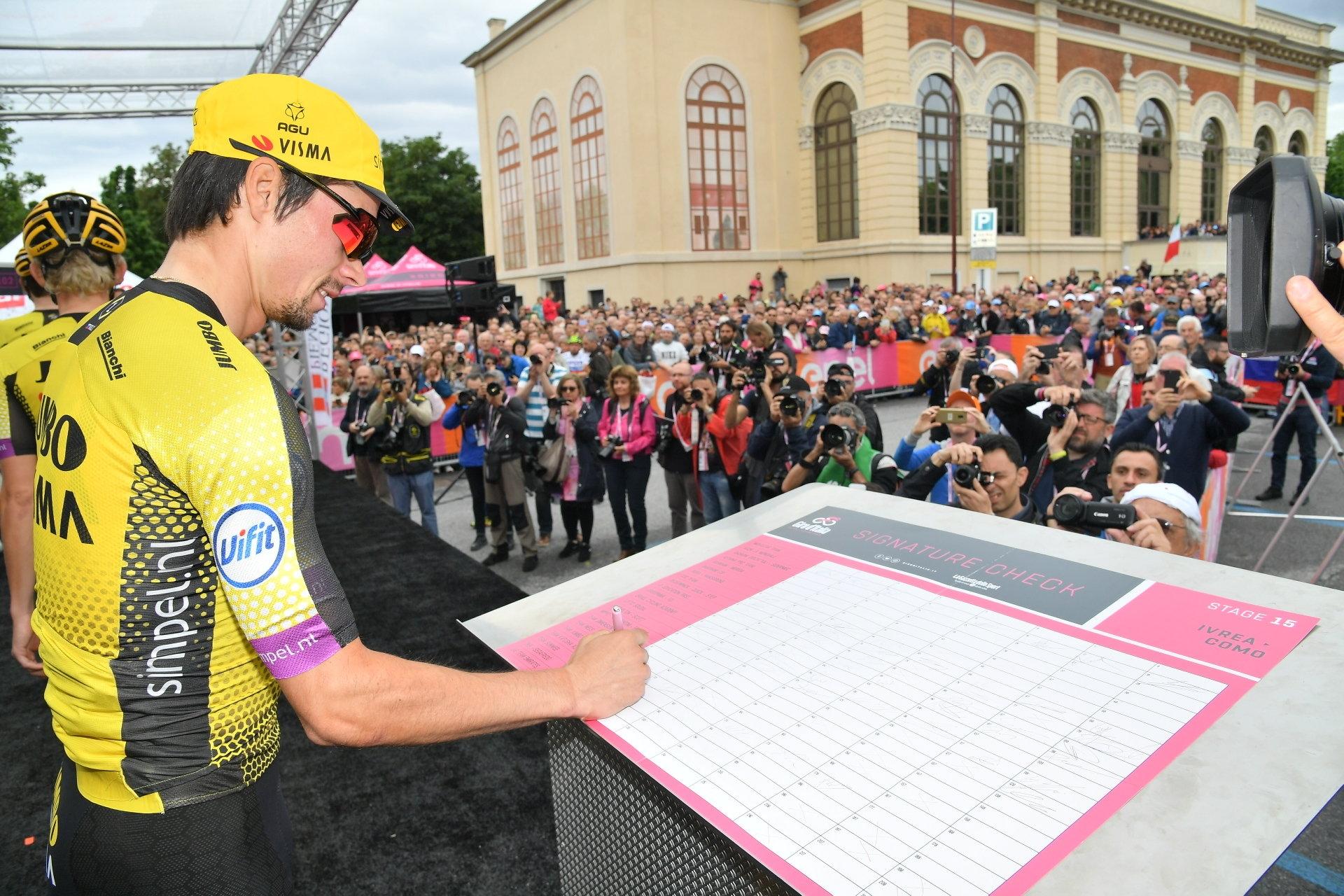 GIRO D'ITALIA - Una folla immensa per l'avvio della tappa Ivrea-Como: la città colorata di rosa - FOTO