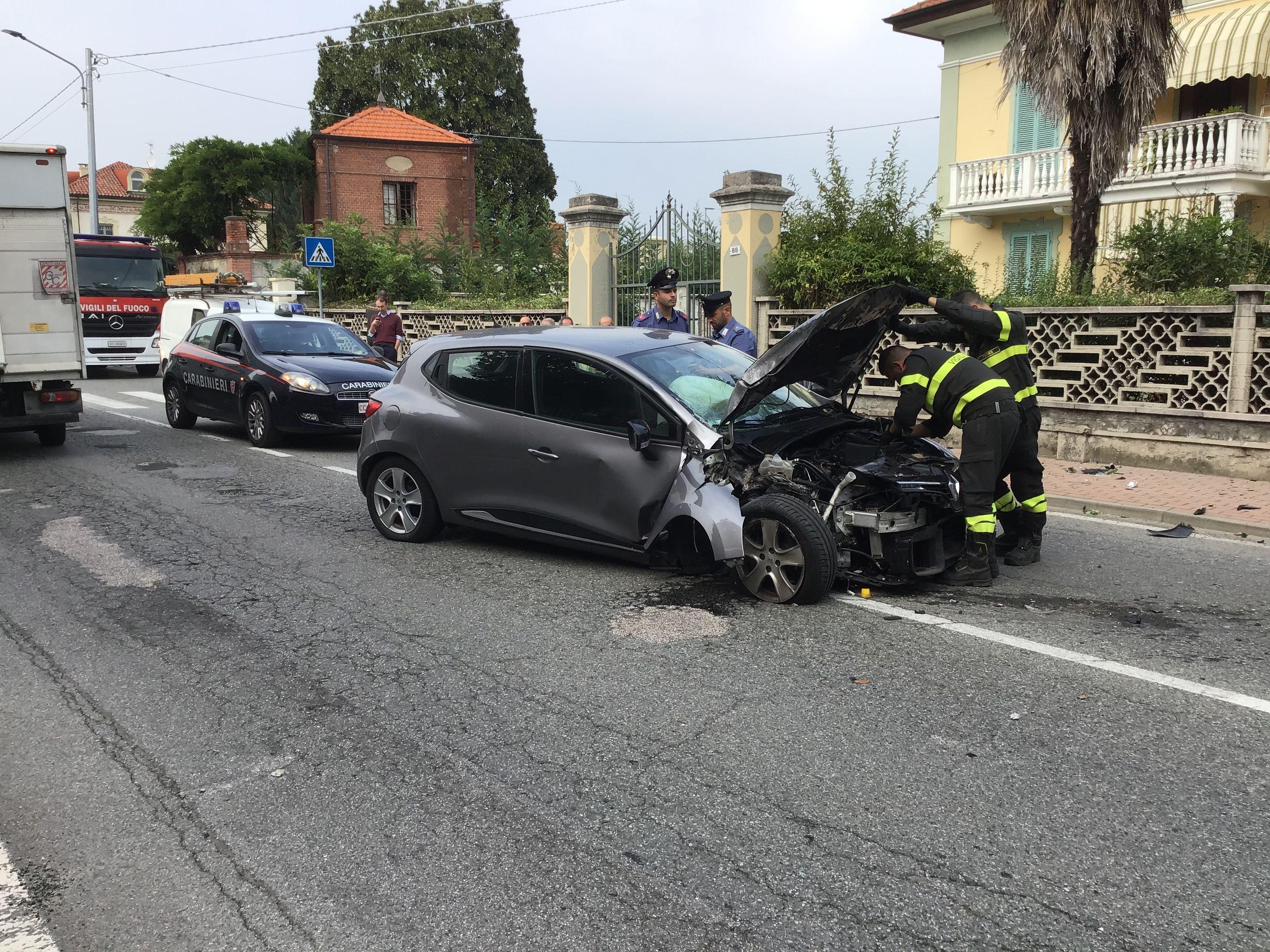 RIVAROLO CANAVESE - Incidente stradale, auto abbatte un palo della luce: un ferito - FOTO E VIDEO