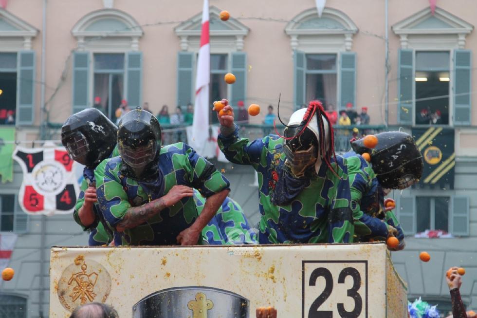 CARNEVALE DI IVREA - Volti ed emozioni della prima giornata della battaglia delle arance - FOTO e VIDEO