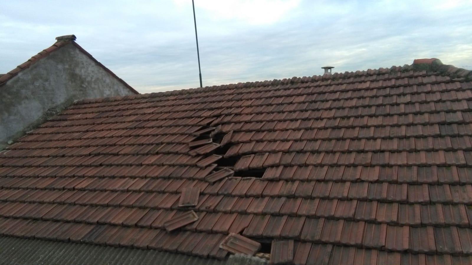 CASELLE - Aereo in fase di atterraggio fa volare le tegole dei tetti - FOTO