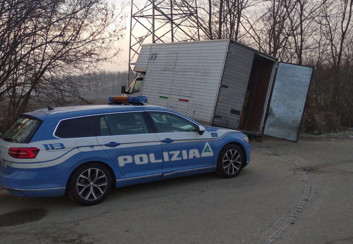 VOLPIANO - Il furgone è troppo pesante e si spaccano le ruote: prezioso carico di rame recuperato dalla polizia stradale - FOTO