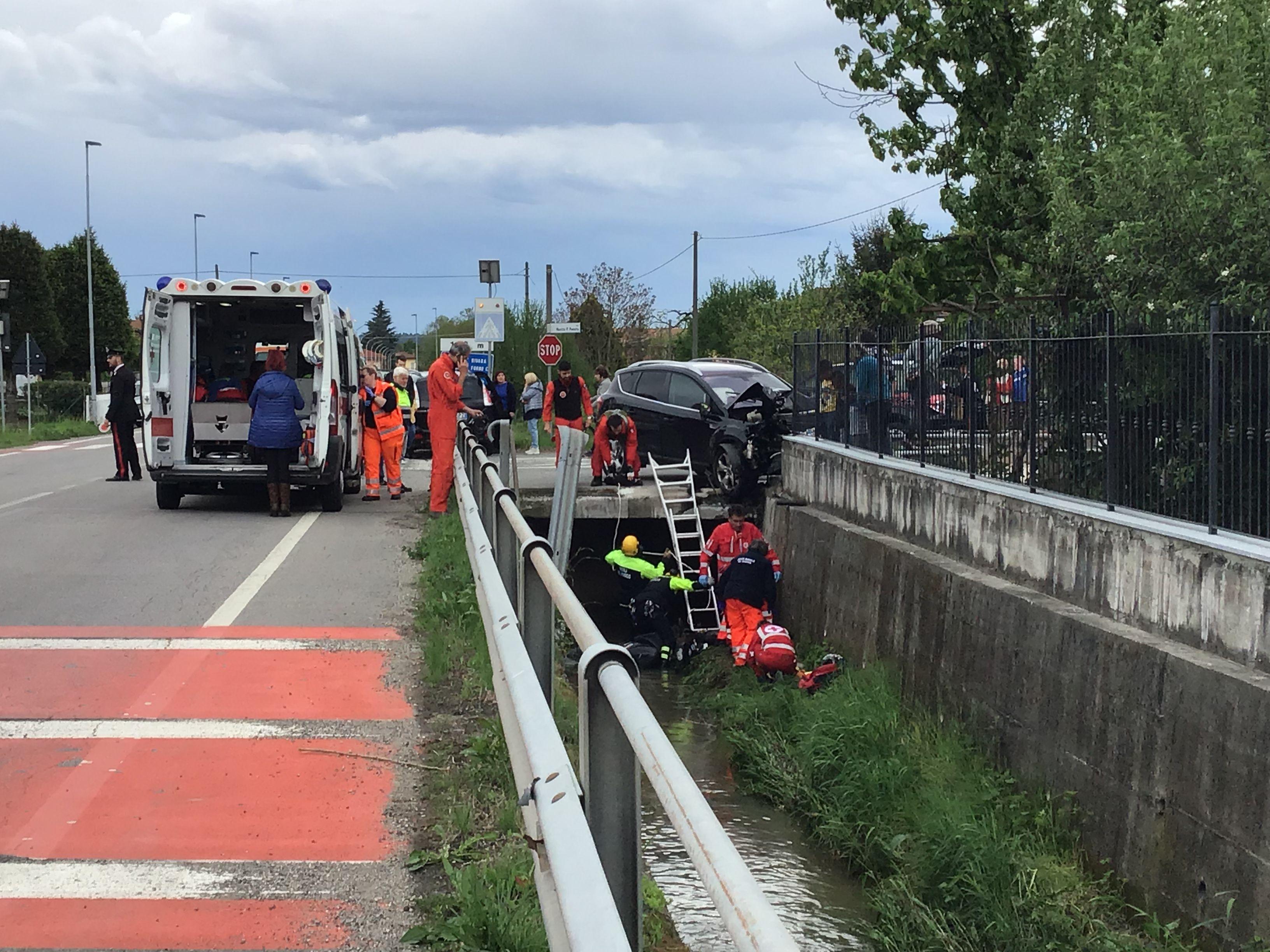 BUSANO - Incidente auto-scooter: due feriti recuperati dai vigili del fuoco nel canale - FOTO E VIDEO