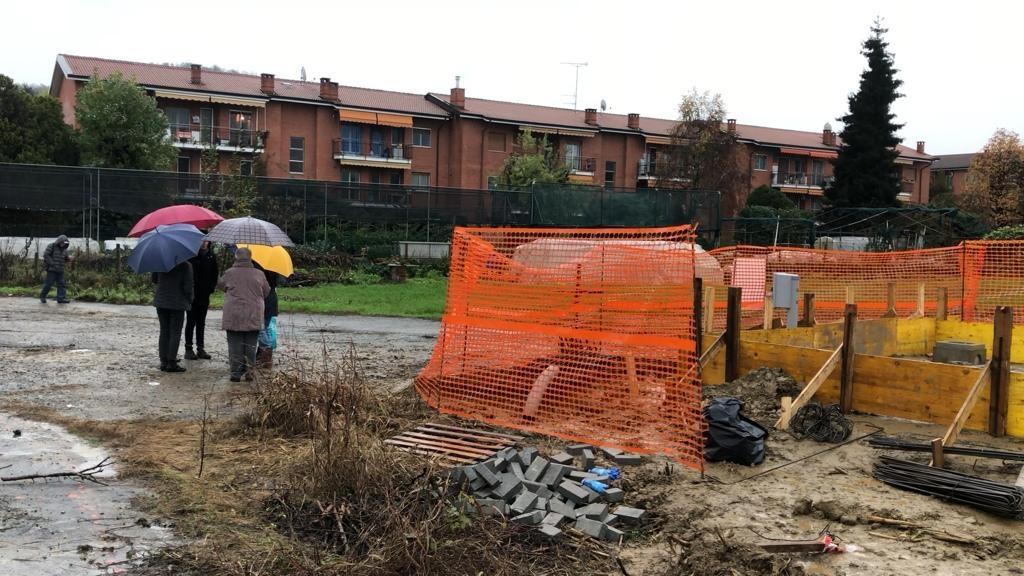 PAVONE - Nuovo «antennone» della Tim: protestano i residenti