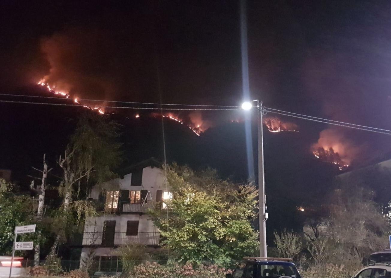 ALLARME INCENDI - Il Canavese chiede aiuto: le fiamme divorano le montagne di Traversella e Locana - FOTO