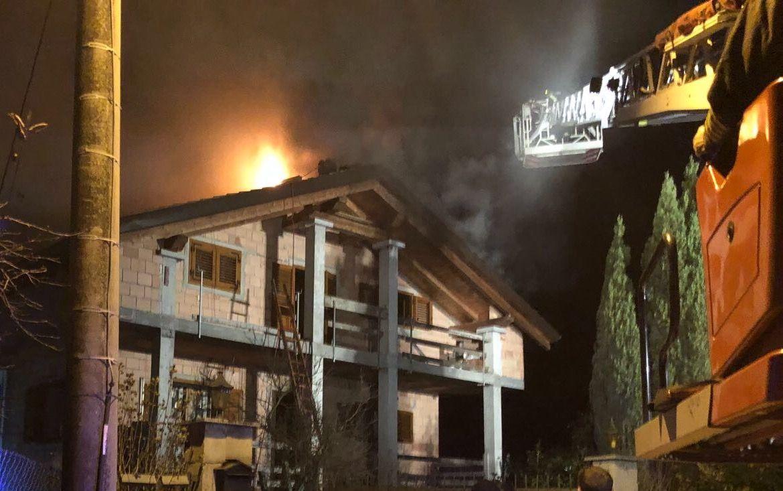 CASTELLAMONTE - Furioso incendio danneggia una villetta: salvi gli occupanti - FOTO E VIDEO