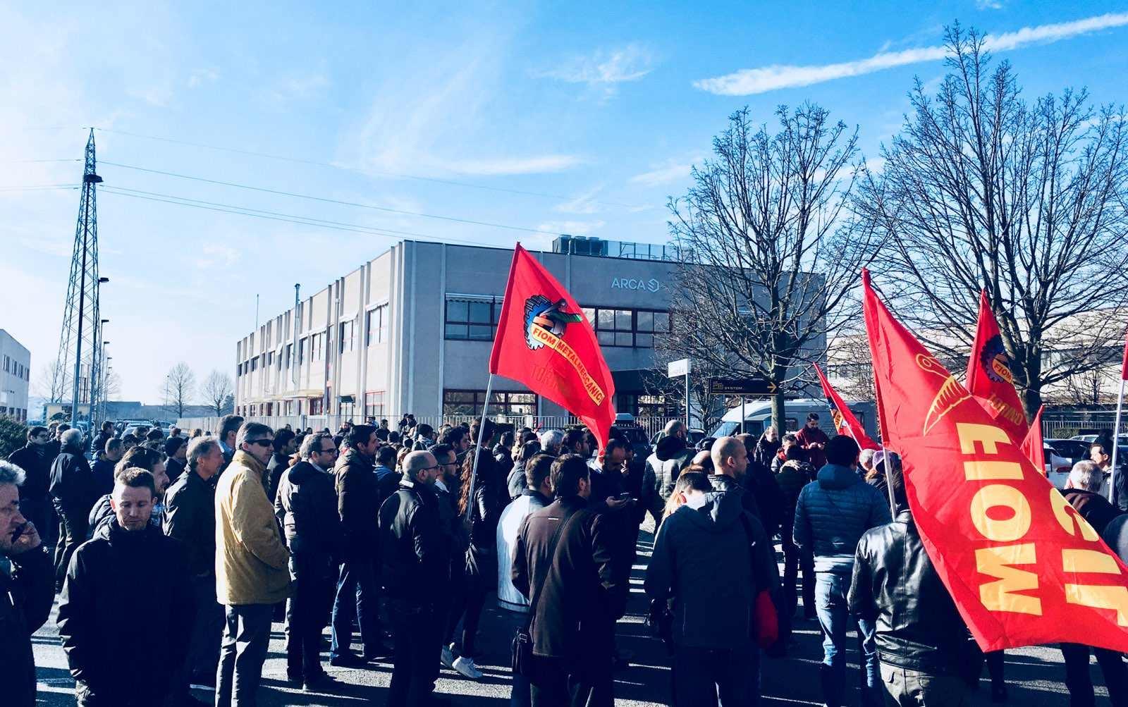 IVREA - I lavoratori Arca Technologies bloccano la statale dopo l'annuncio dei 103 licenziamenti
