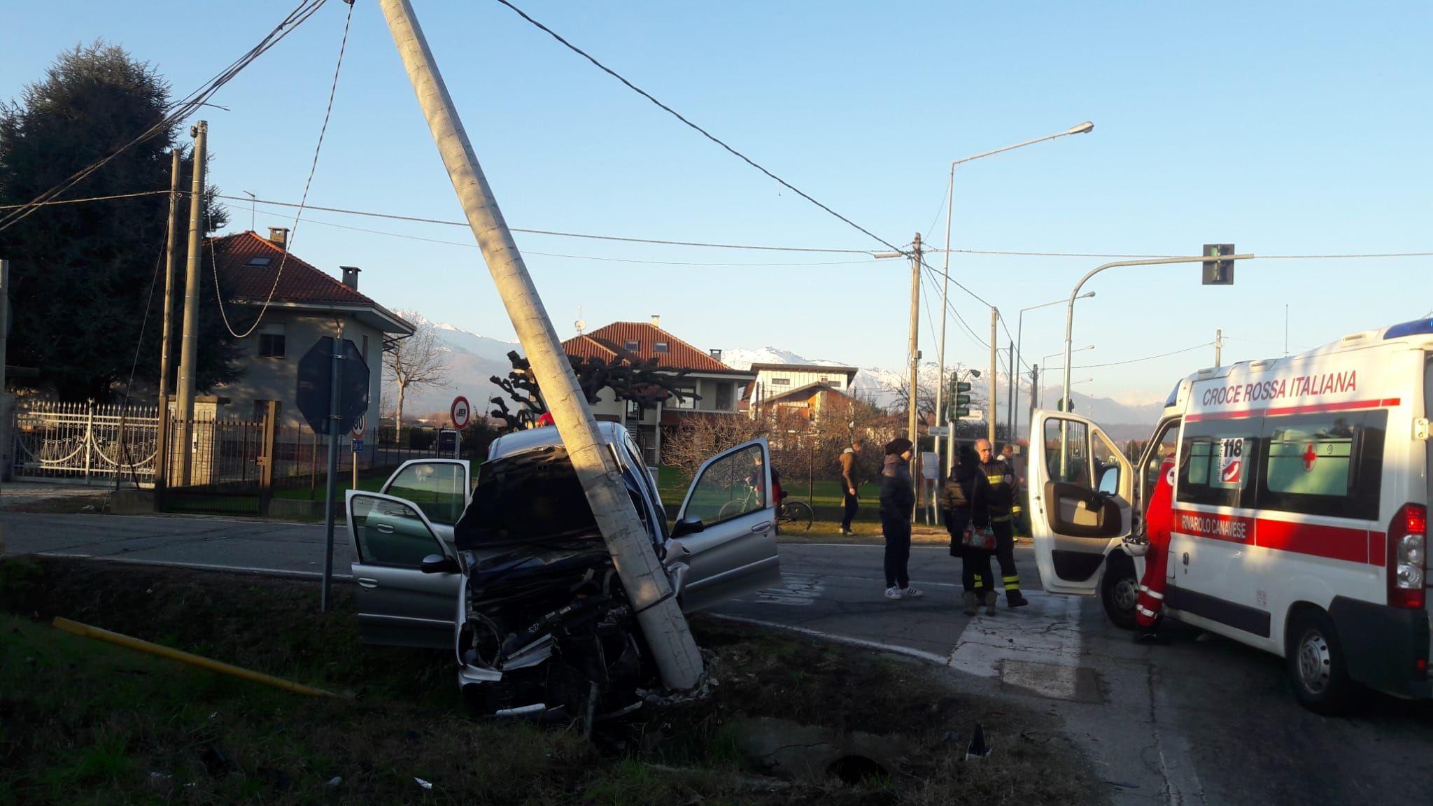 CICONIO - Brutto incidente stradale all'incrocio per Feletto: due auto distrutte e tre feriti di Bairo e Lusigliè - FOTO
