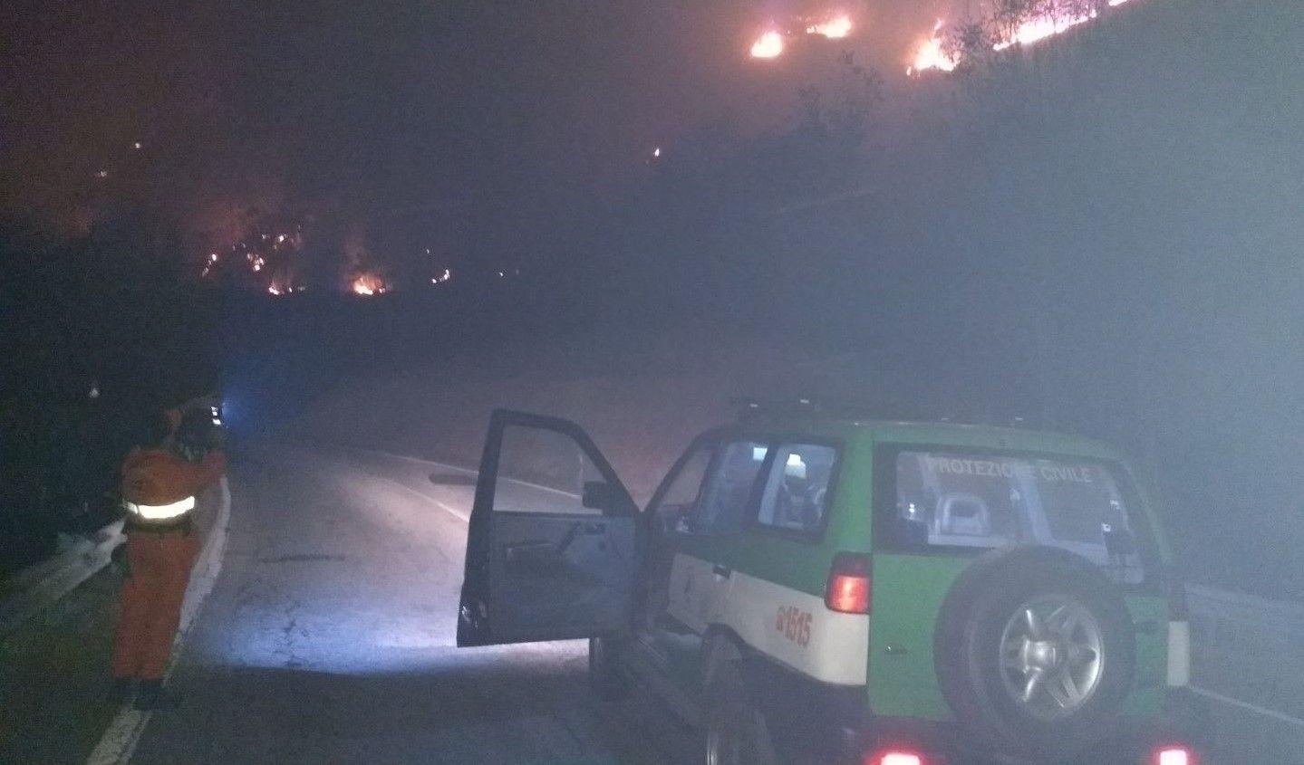 ALLARME INCENDI - A Locana le fiamme vicino alle case e alla 460. Ora si estendono verso il Parco del Gran Paradiso - FOTO