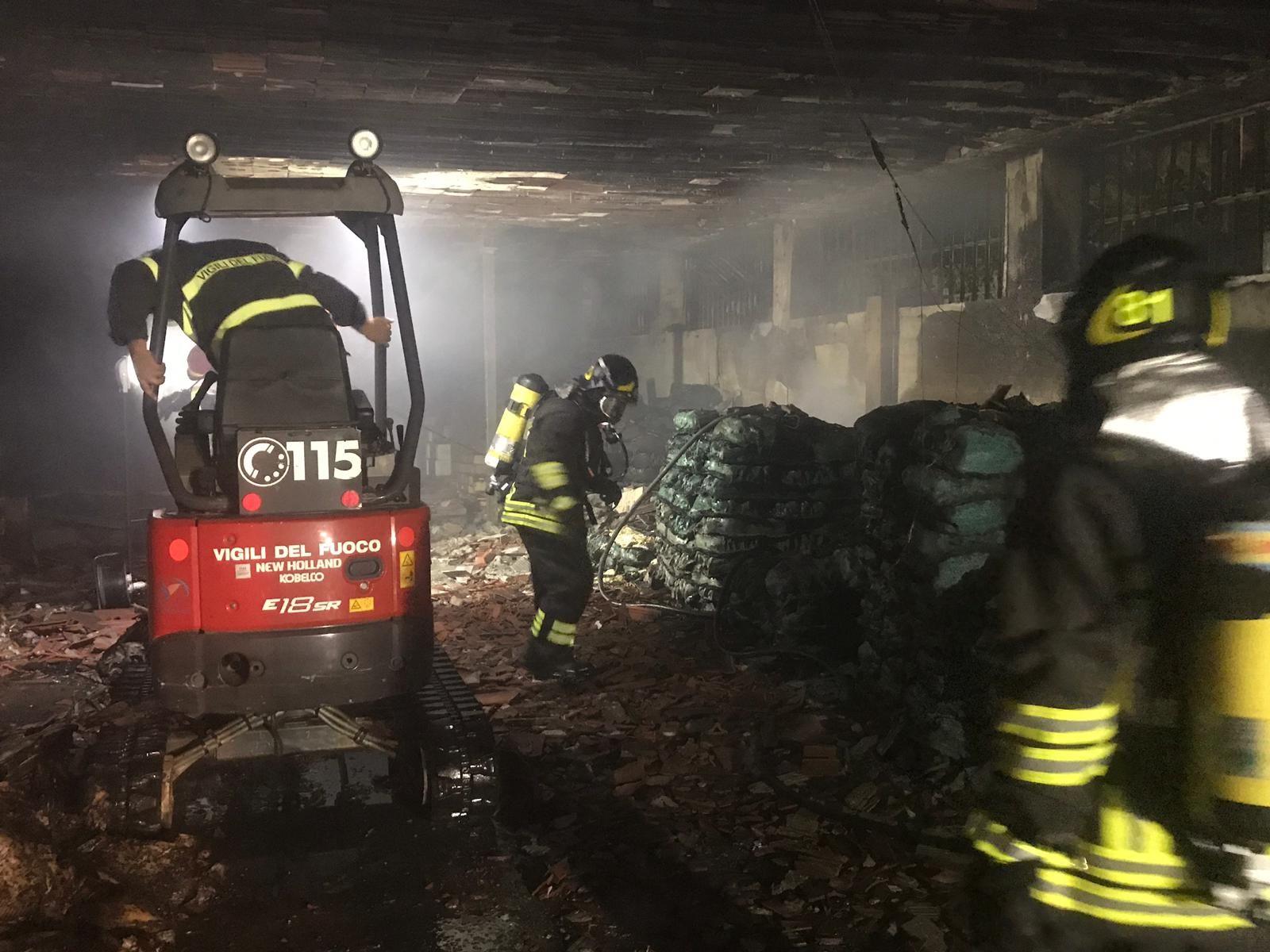SAN GIUSTO-SAN GIORGIO - Incendio nella notte devasta il capannone di un'azienda che produce sacchetti di plastica - FOTO