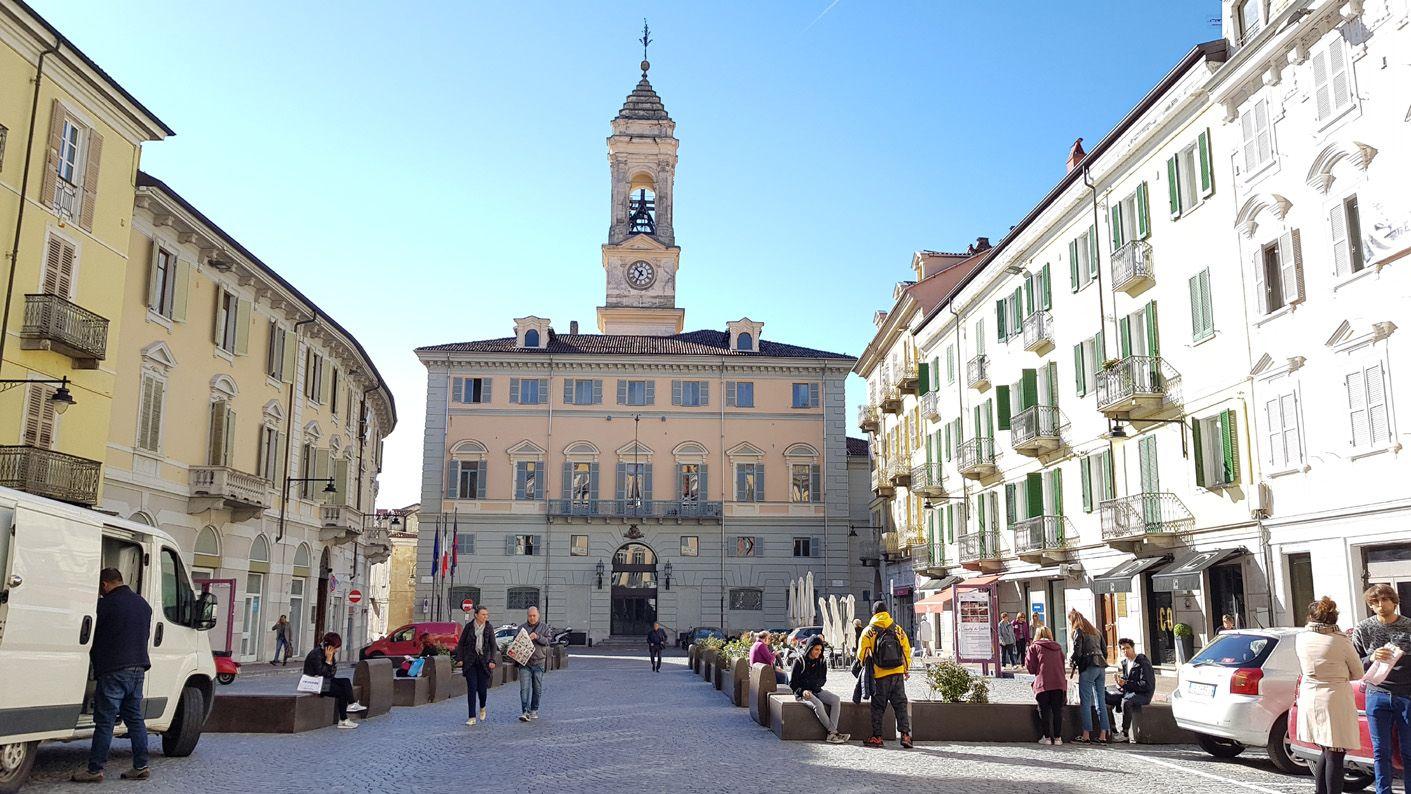 IVREA - Giro d'Italia: domani il palazzo municipale sarà rosa