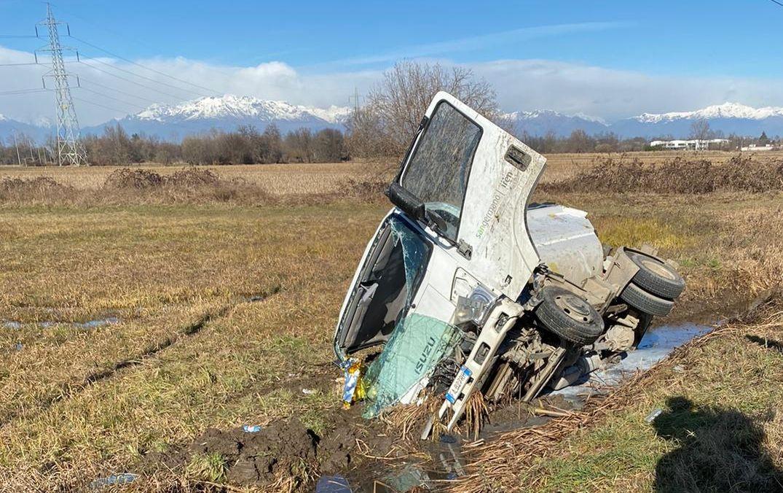 VOLPIANO - Camioncino della raccolta rifiuti finisce nel rio: un ferito