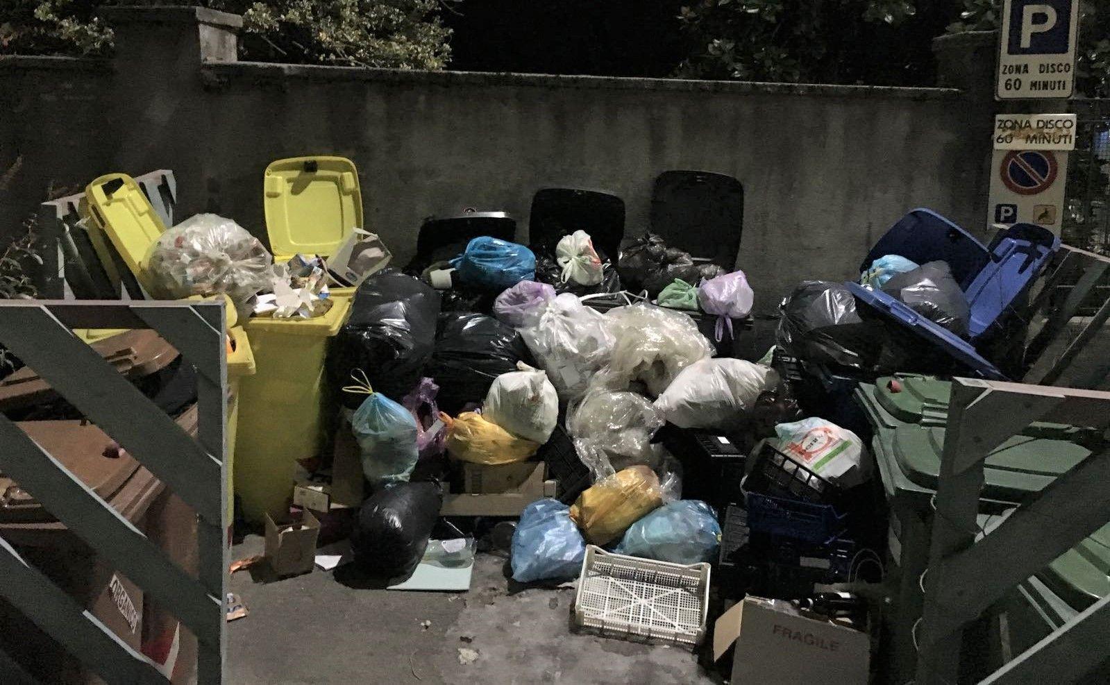 ALTO CANAVESE - Epidemia influenzale: netturbini bloccati a casa. I cassonetti trabordano di rifiuti - FOTO