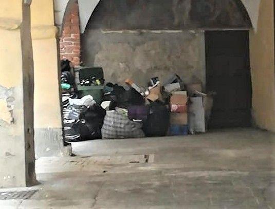 CUORGNE' - Cassonetti stracolmi anche nel pieno centro storico