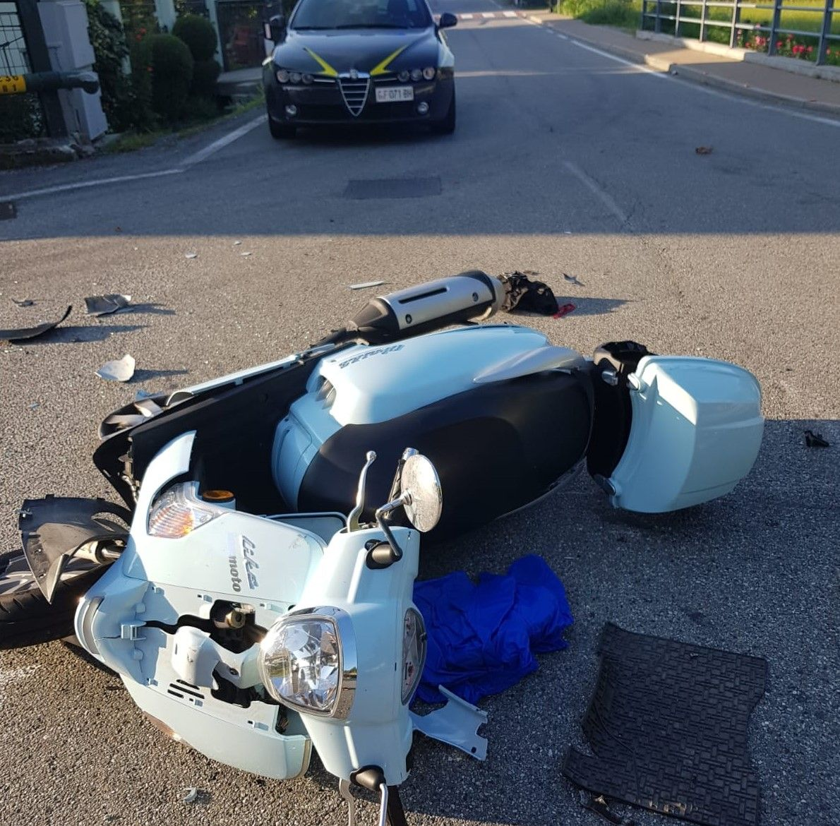 QUASSOLO - Brutto incidente stradale in via San Rocco: scooter contro auto, grave un uomo - FOTO