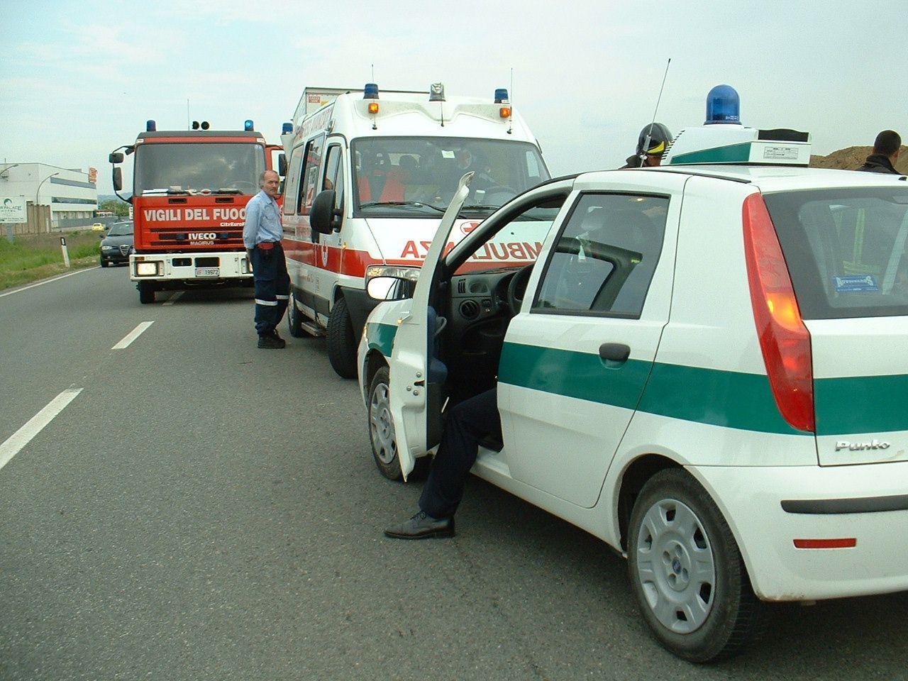 IVREA - Tenta il suicidio lanciandosi in Dora: 44enne disperato salvato grazie al coraggio dei vigili