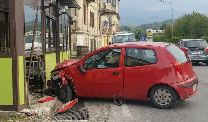 CASTELLAMONTE - Sbaglia la curva e sfonda il dehors del bar: paura a Sant'Antonio - FOTO