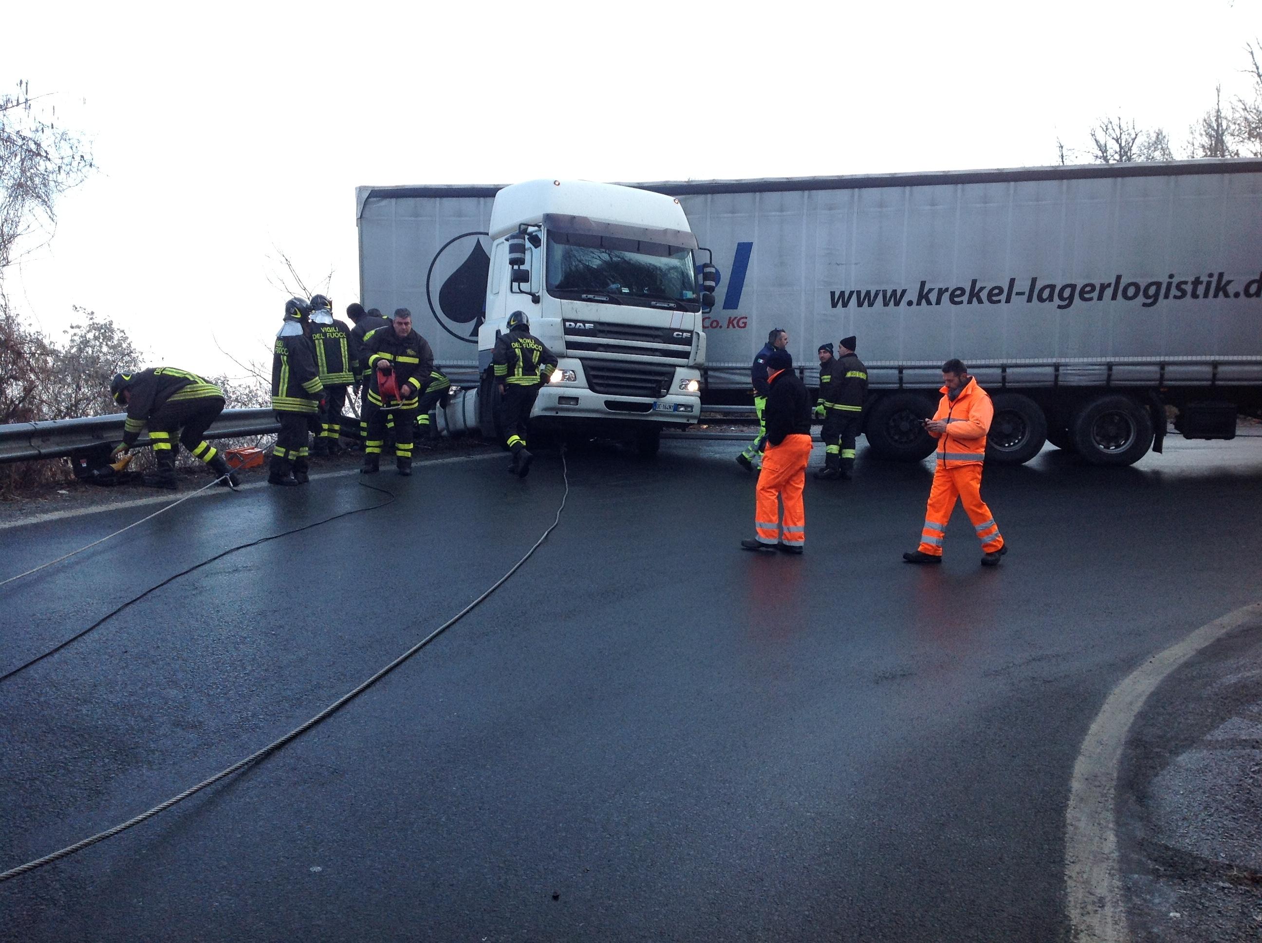 FRONT CANAVESE - Camion fuori strada rischia di precipitare nella scarpata - FOTO e VIDEO